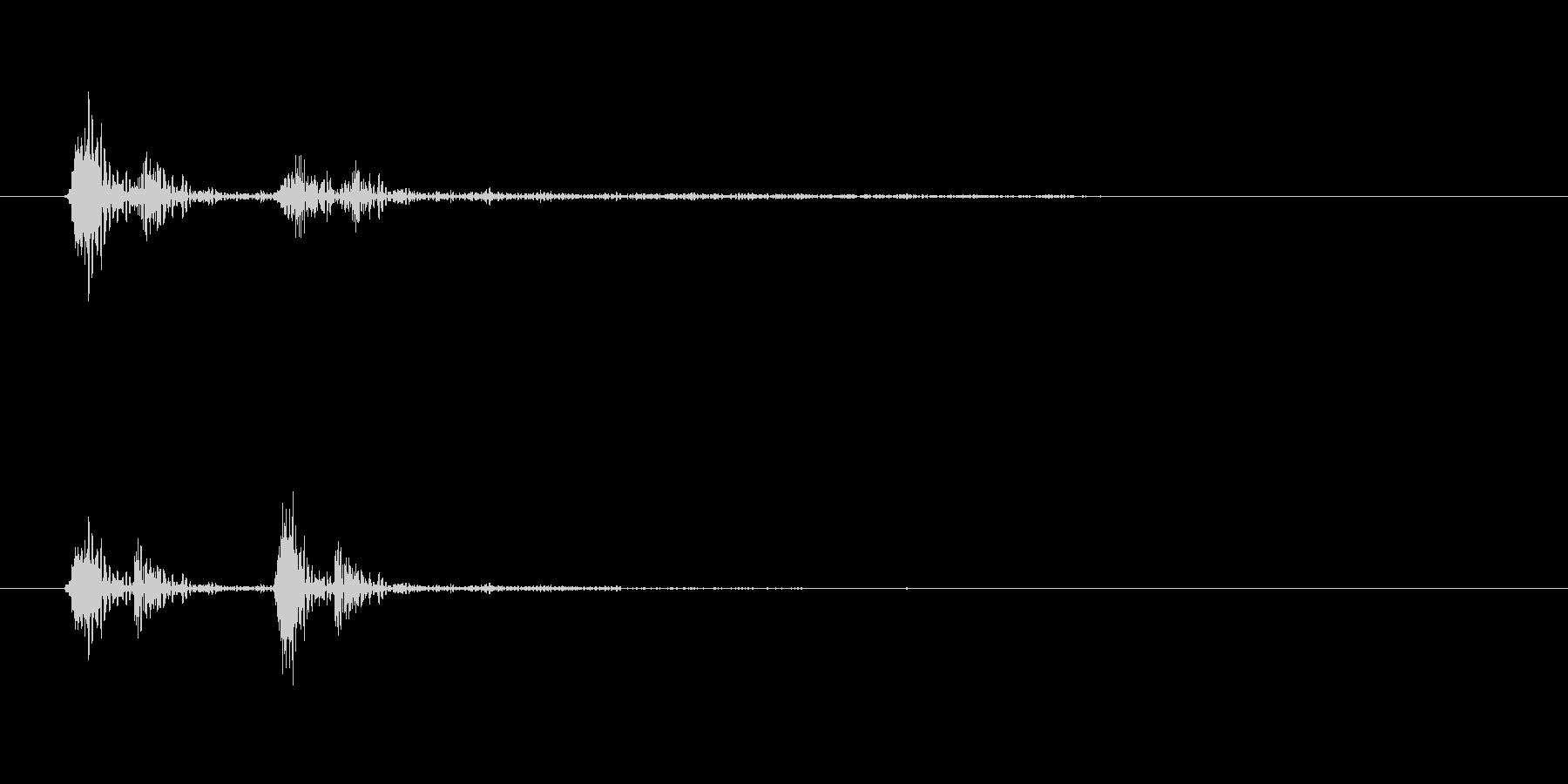 カチという蓋をする機械音の未再生の波形