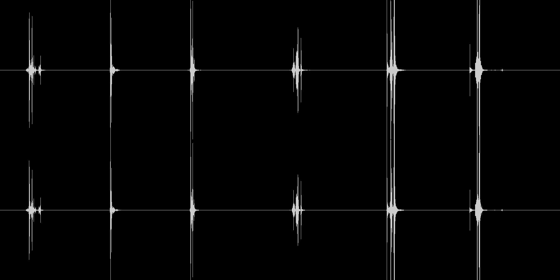 ガチャガチャの丸いカプセルを開けて閉じ…の未再生の波形