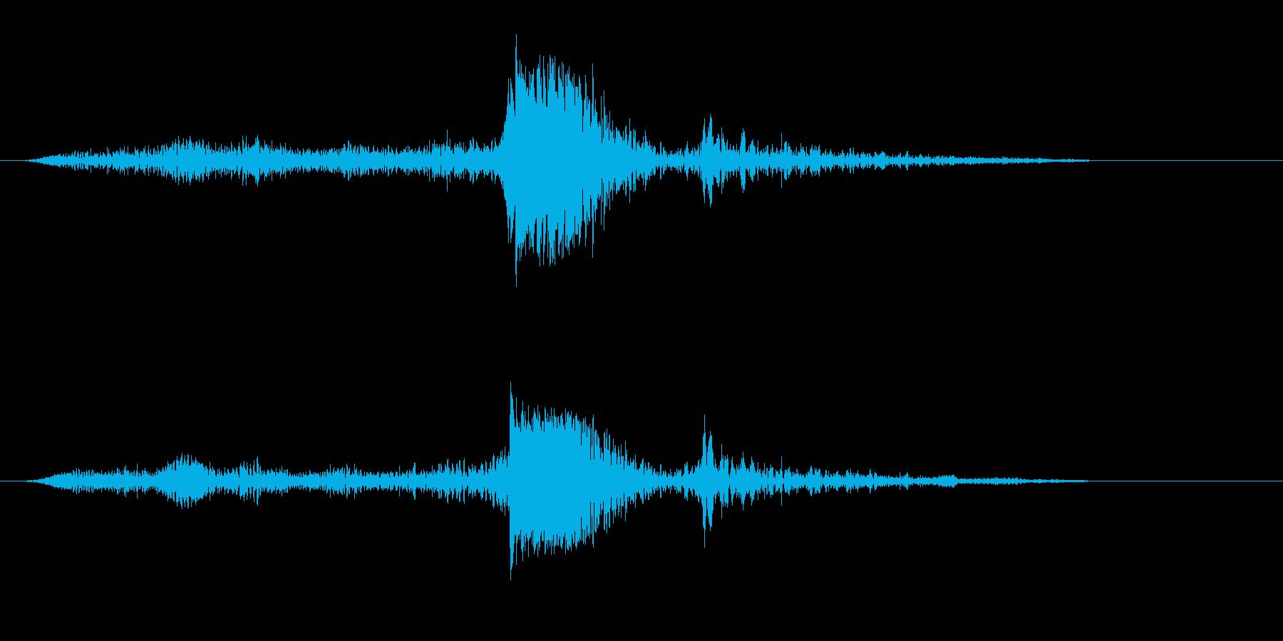 ズゥドン(蝶番付き箱のフタを閉める音)の再生済みの波形