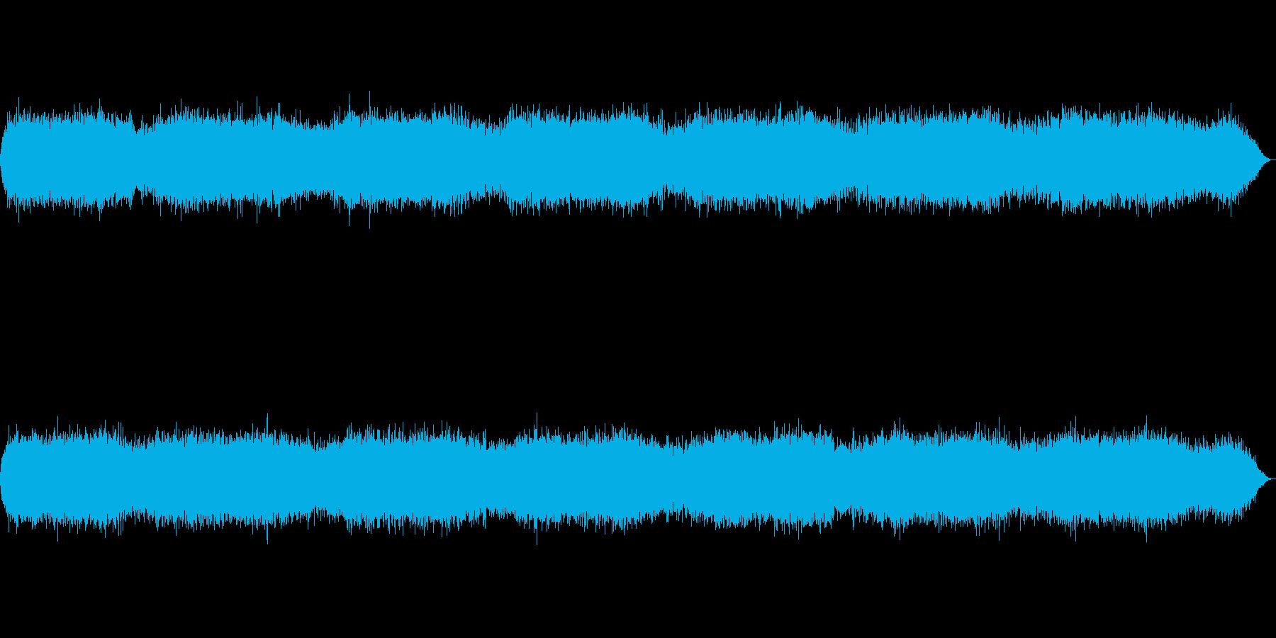 低く唸る風のような人工的環境音の再生済みの波形