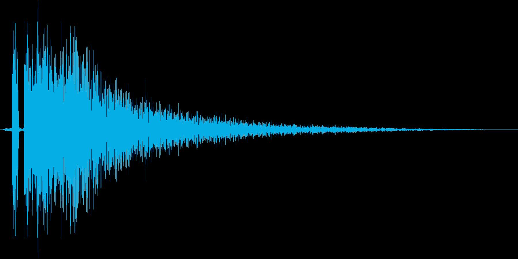 「ガンッ」金属的な攻撃ヒット音の再生済みの波形