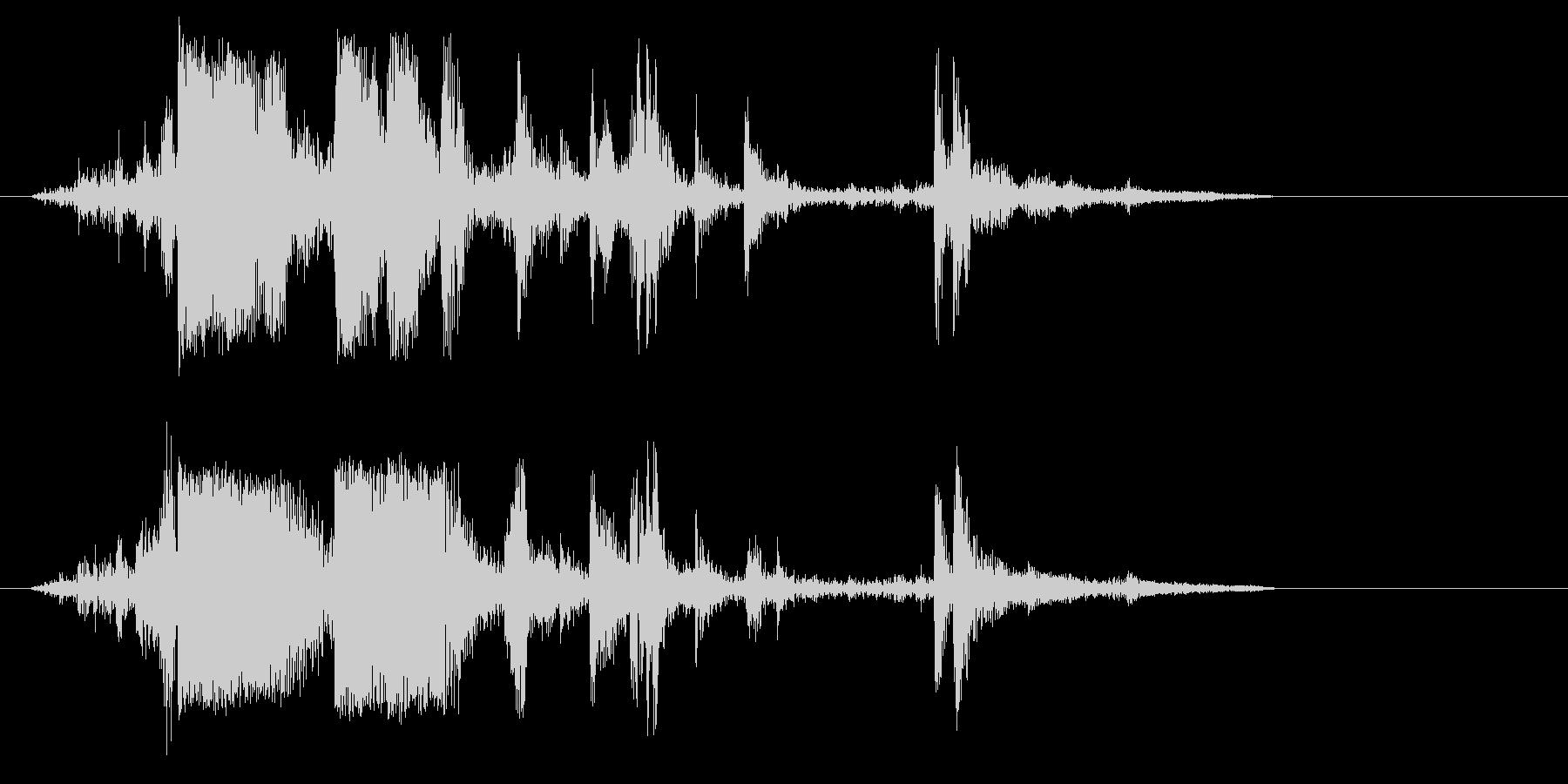 カランッ(グラスに氷を入れる音)の未再生の波形
