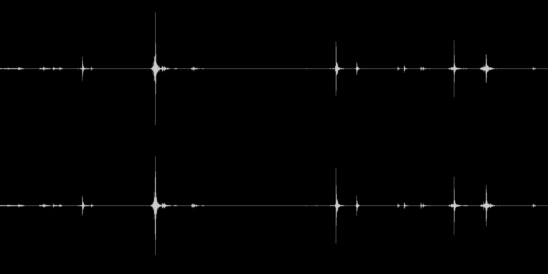 アタッシュケースの留め具を外すの未再生の波形