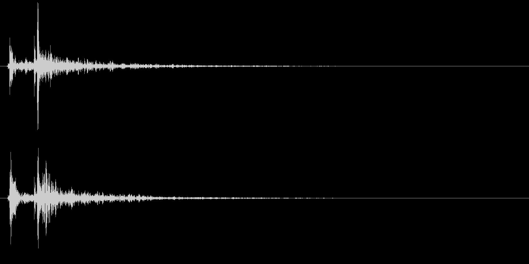 カチャッ(ドアを閉める、木製、残響有)の未再生の波形