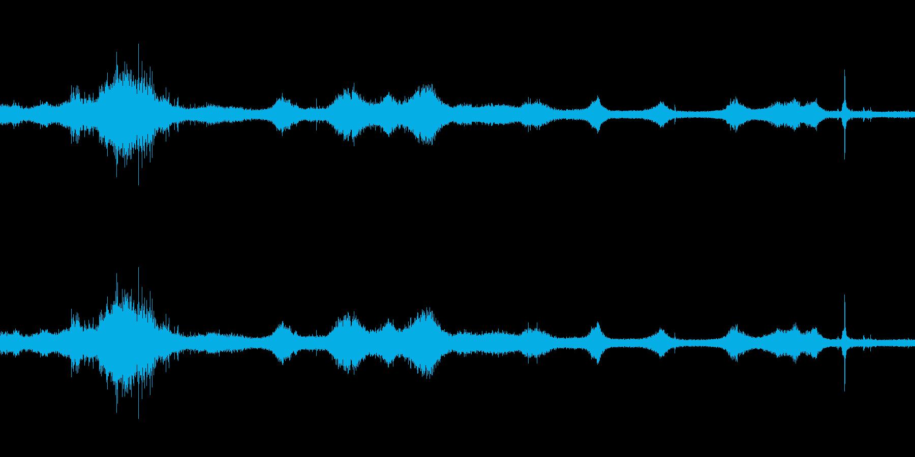 【生音】雷雨19 - 雨と雷と通行音の再生済みの波形