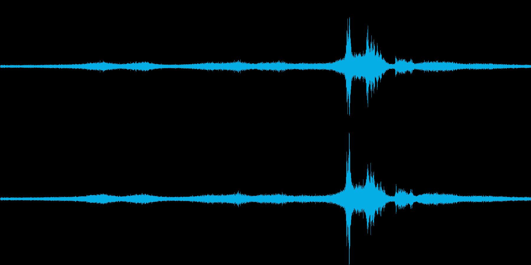 【生音】雨の日の通行音 - 11 雨 …の再生済みの波形