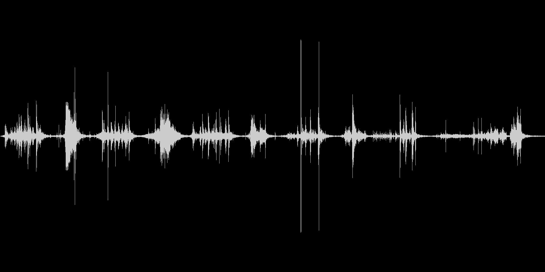 ダンボールをハサミで切る音。ザクザクの未再生の波形