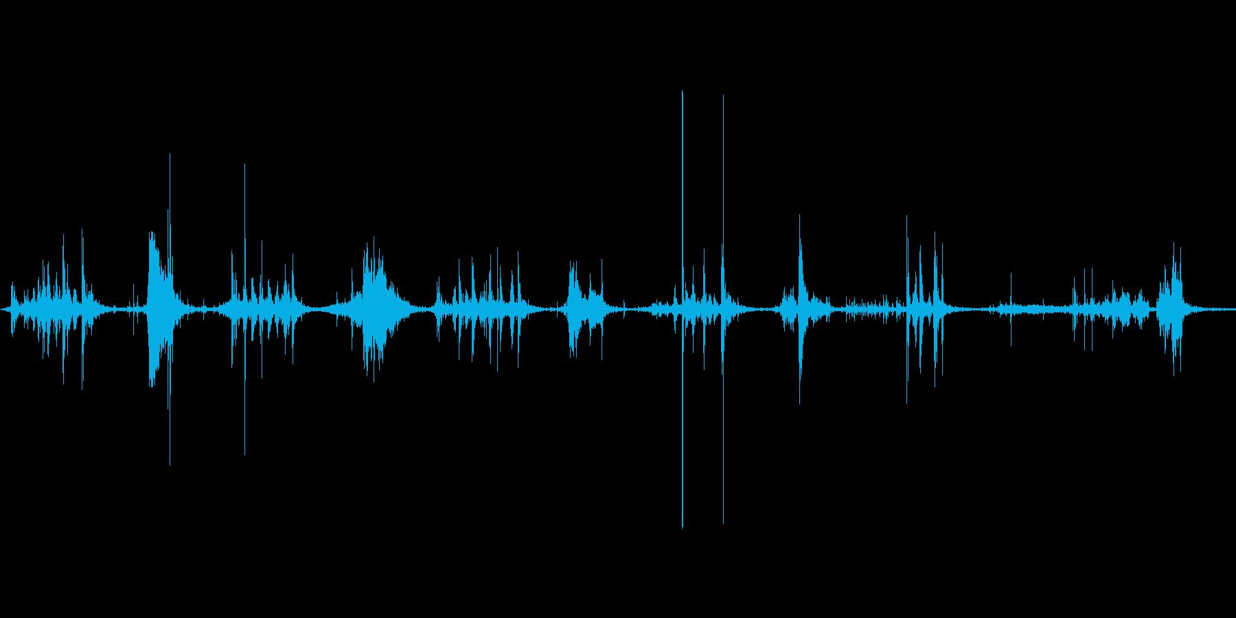 ダンボールをハサミで切る音。ザクザクの再生済みの波形