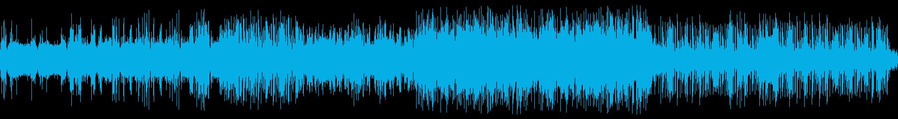 歪んだストリングスに高速ドラムの再生済みの波形