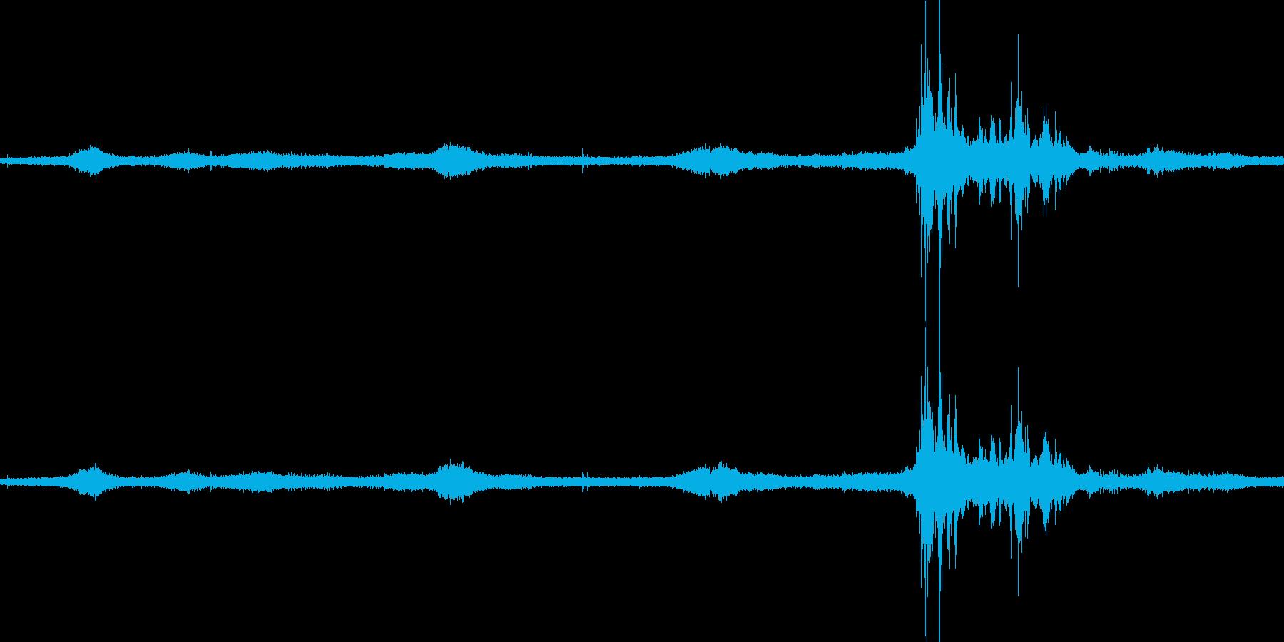 【生音】雷雨15 - 雨と雷と通行音の再生済みの波形
