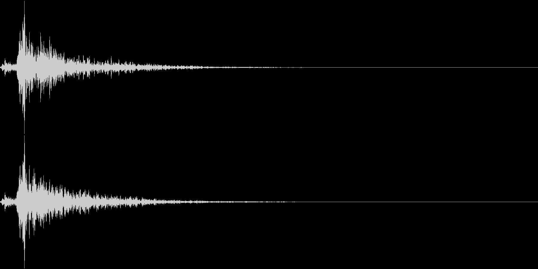 「シャン〜!」象徴的な鈴の音+リバーブの未再生の波形