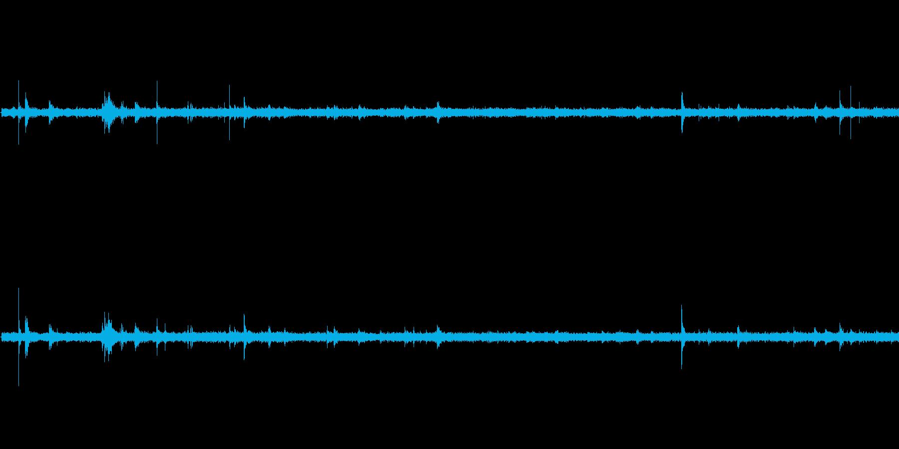【生音】雨 - 鉄板(階段)に落ちる雨…の再生済みの波形