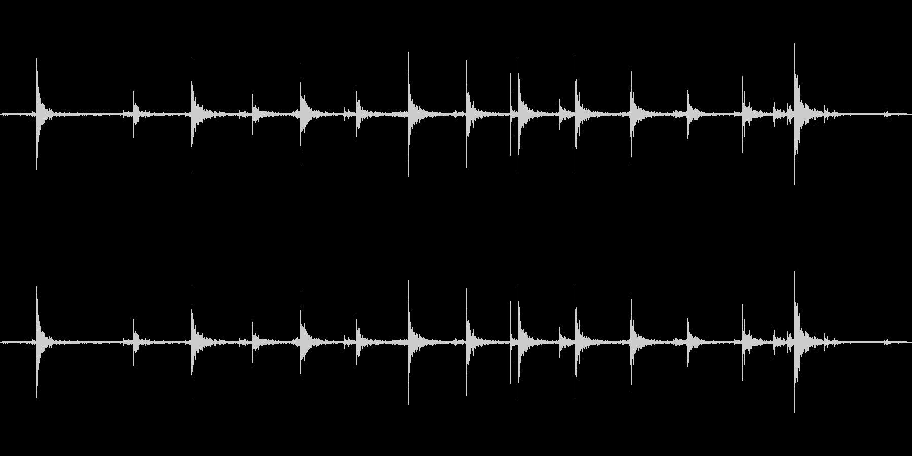 【生音】階段・下りる・鉄板 「カンカン…の未再生の波形