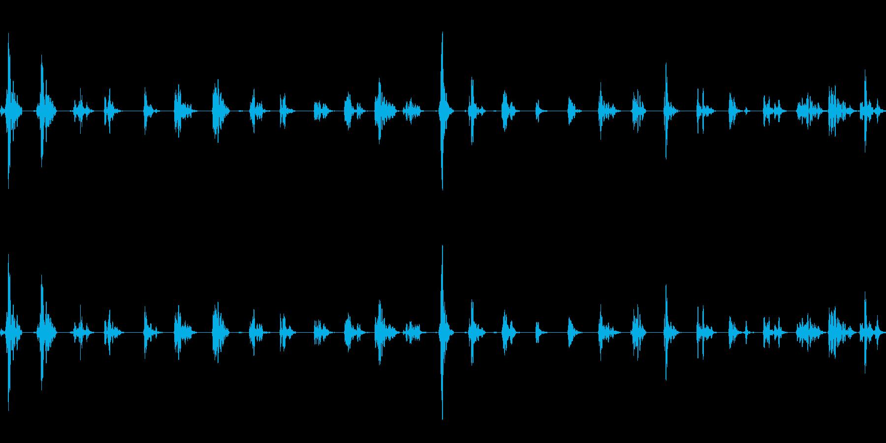じゅうたんの上を歩く足音の再生済みの波形