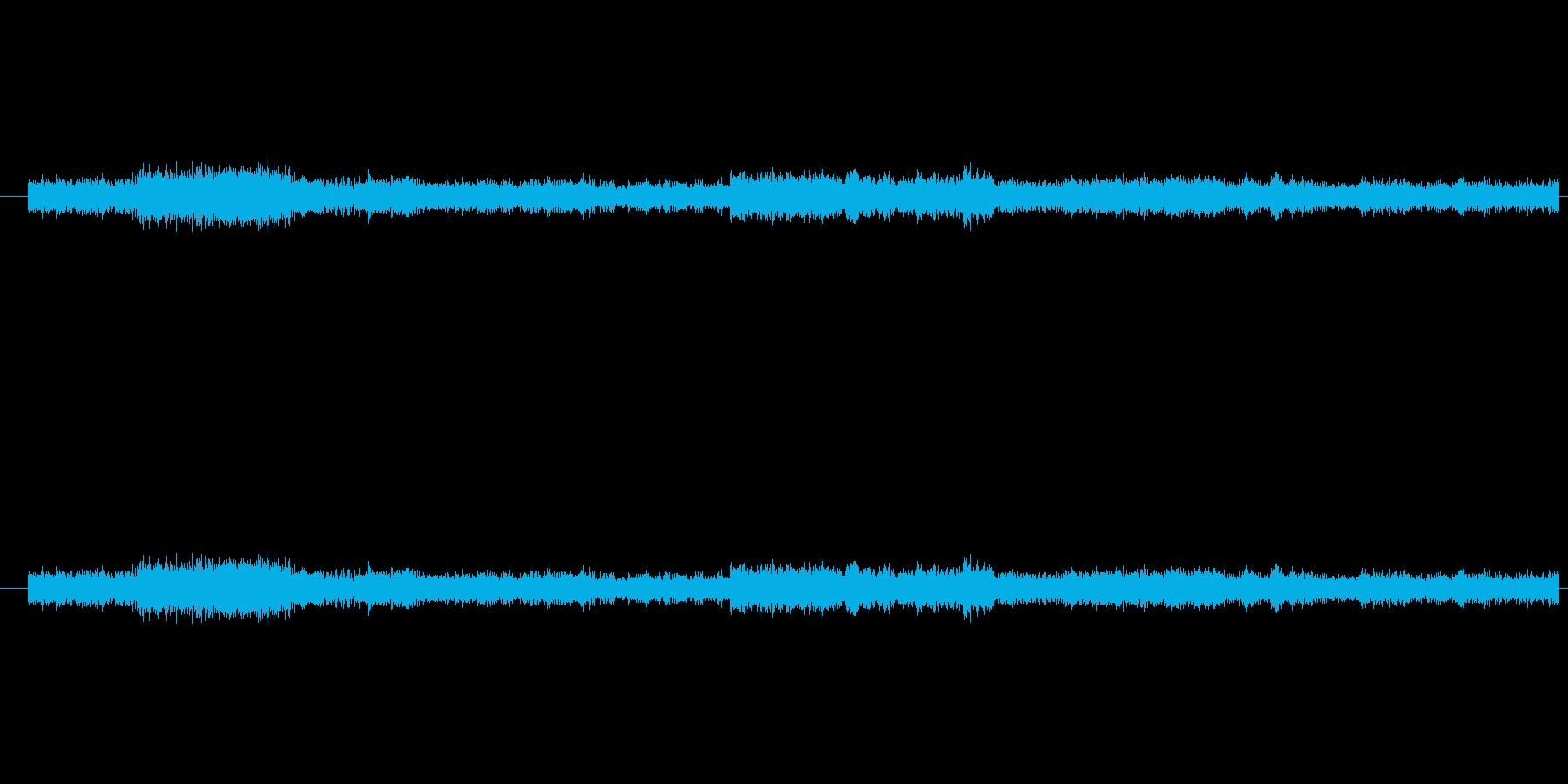 人の比較的少ない地下鉄の駅ホームの音の再生済みの波形