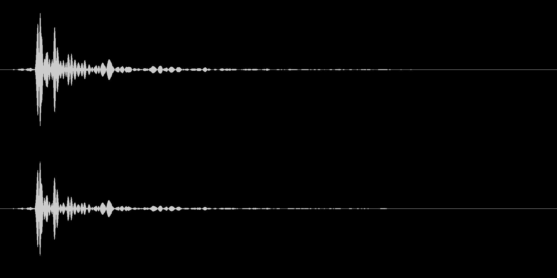 コトッと木製の机に物を置く音の未再生の波形
