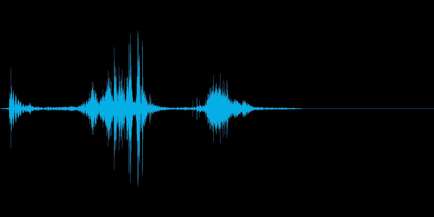ダンボールをハサミで切る音。ザクッの再生済みの波形