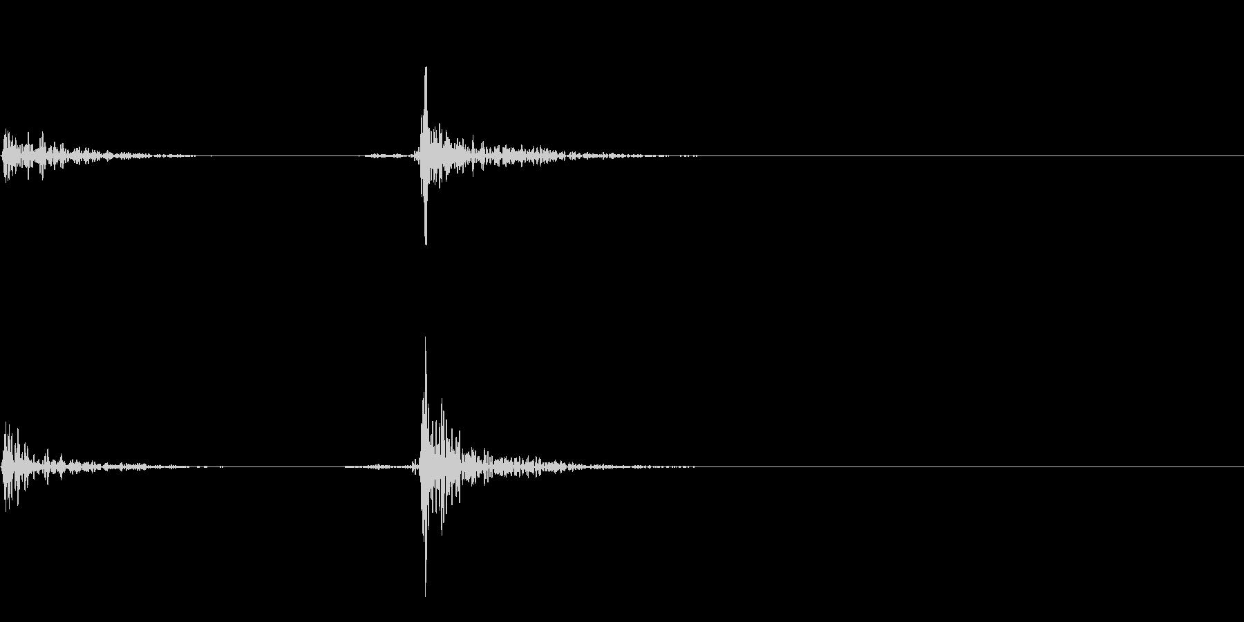 コトッ:食器をテーブルの置く音の未再生の波形