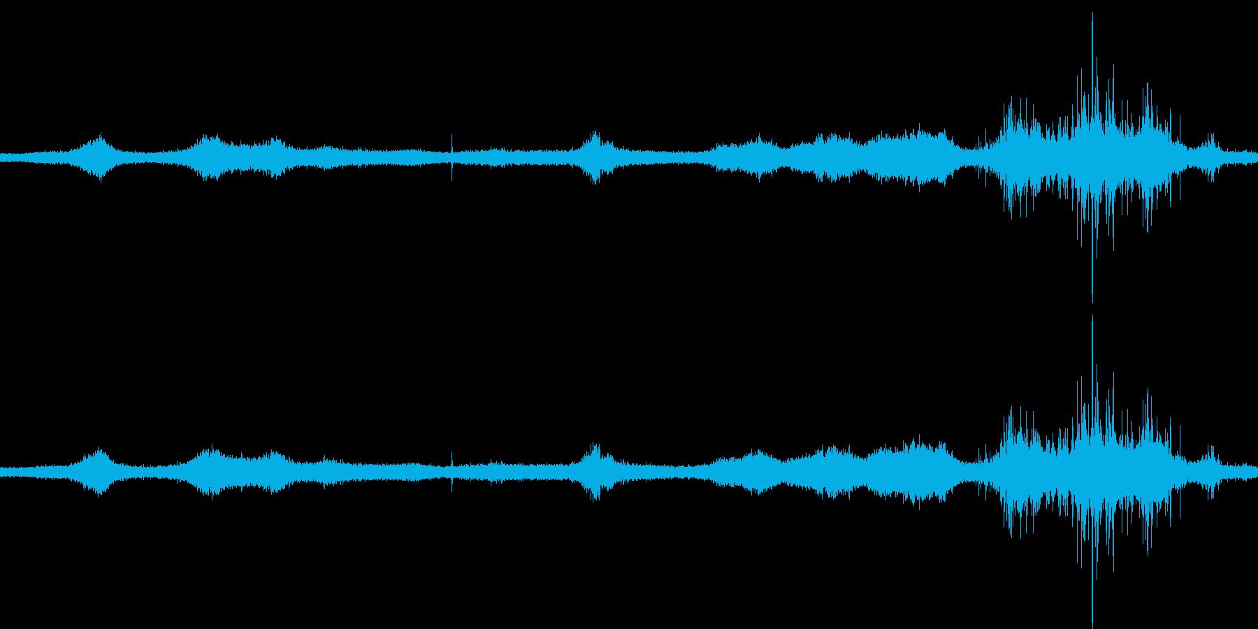 【生音】雷13 - 風と雷と通行音の再生済みの波形