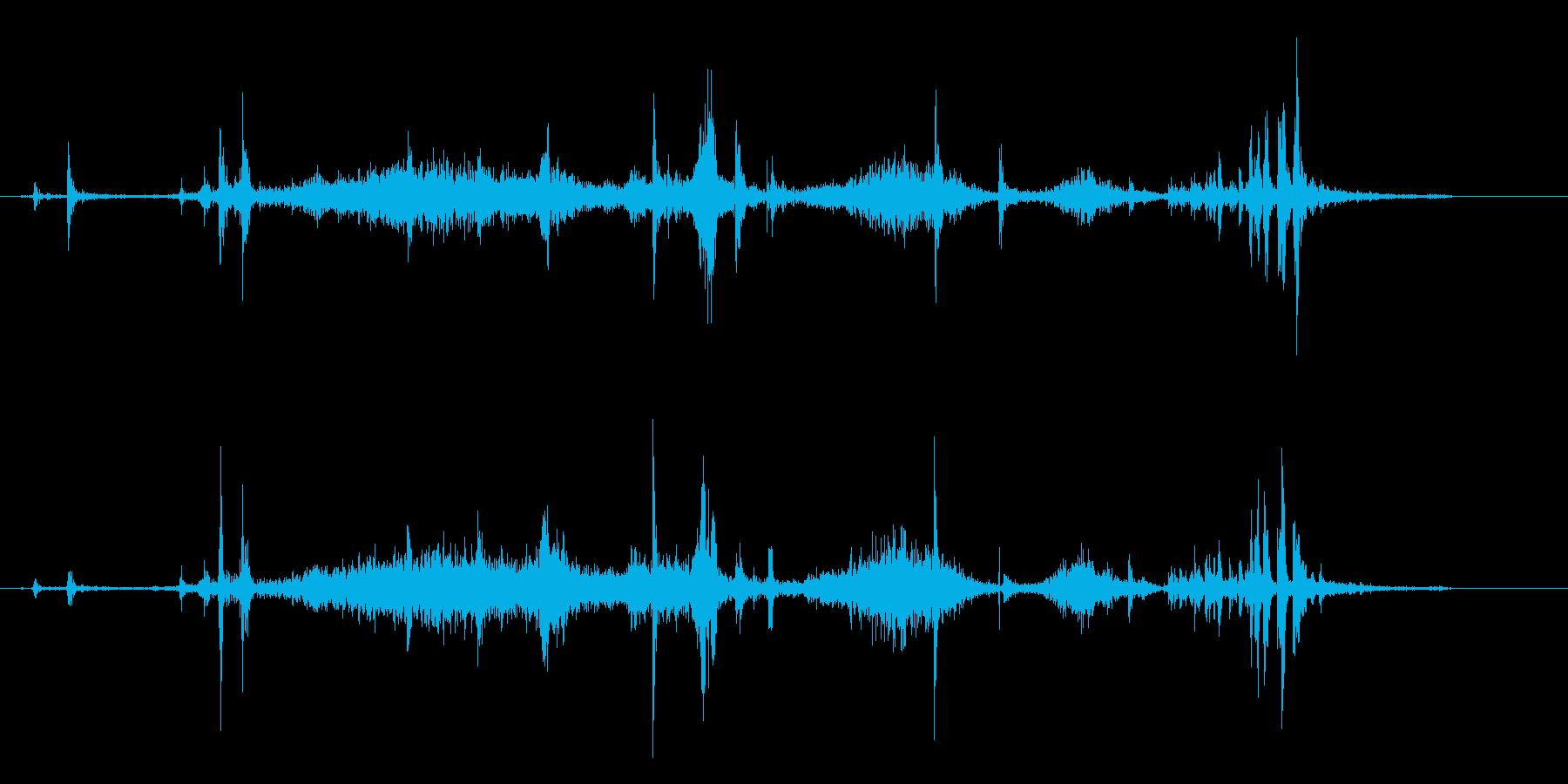 紙をめくる音(薄い、ゆっくり、1枚ずつ)の再生済みの波形