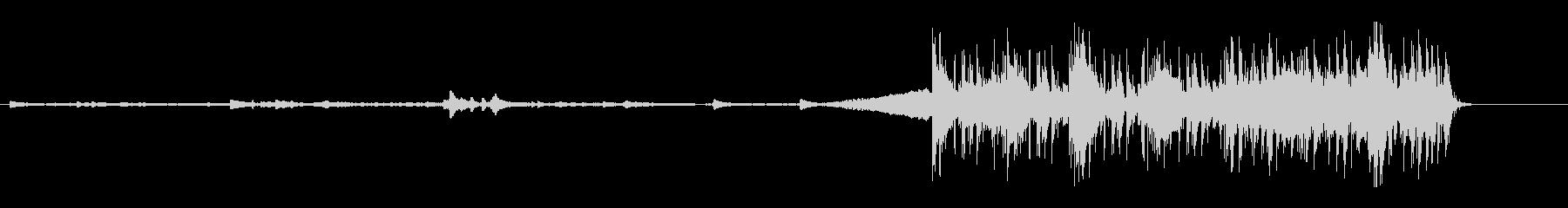 不穏な静けさから一転するピアノインストの未再生の波形