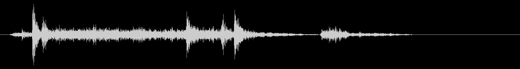 クシュル(紙が擦れる音)の未再生の波形