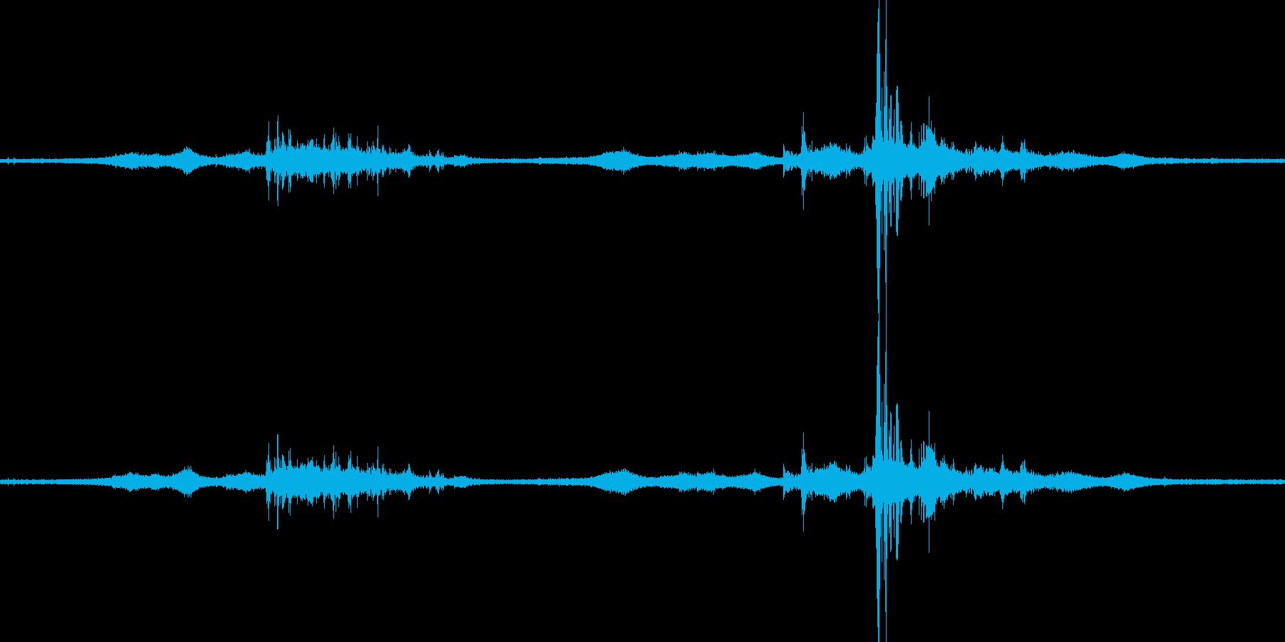 【生音】雷11 - 風と雷と通行音の再生済みの波形