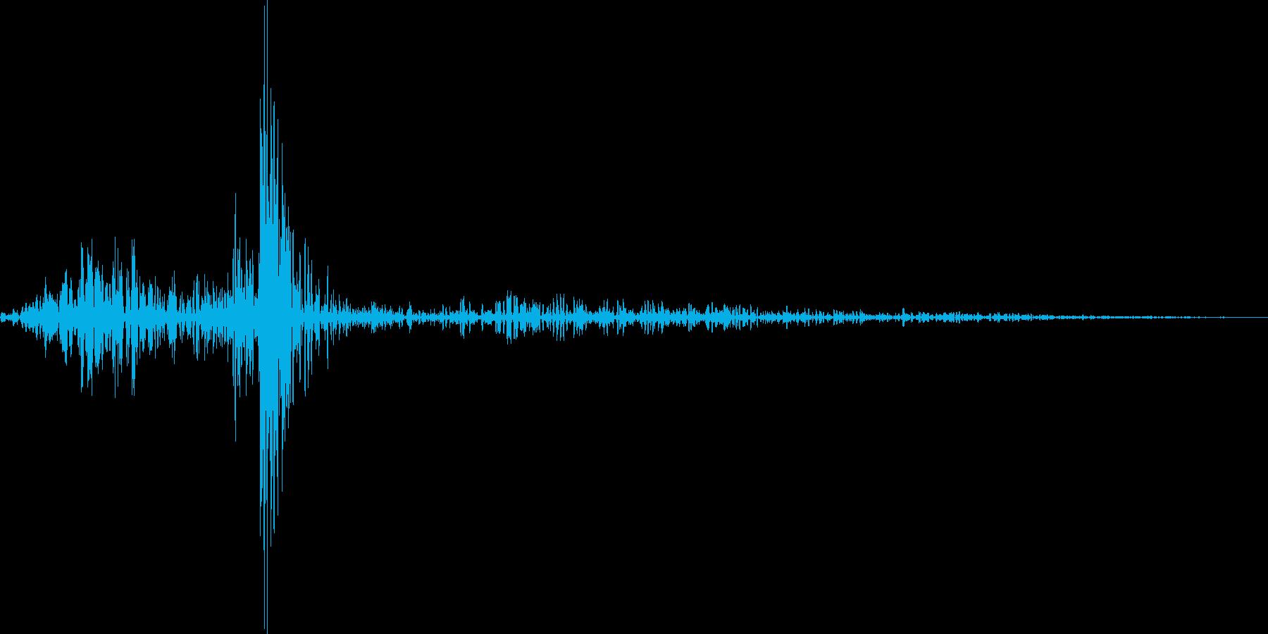 カッ(鋭いクリック音の再生済みの波形