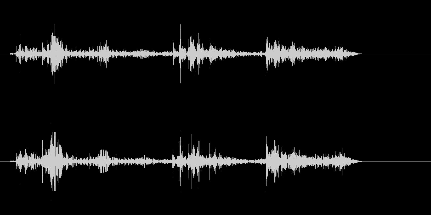 クシュル(紙が動く音)の未再生の波形