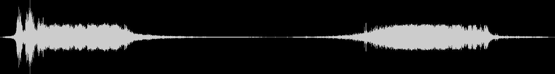 2方向から交互に電車が鉄橋を通過する場面の未再生の波形