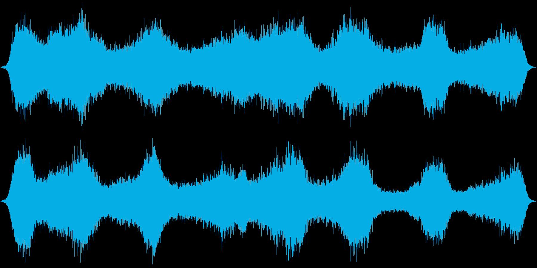 砂浜の波打ち際、近いやや激しめの波音の再生済みの波形