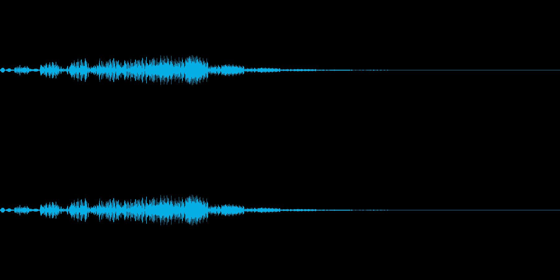 小さな飛行物体が移動するような音の再生済みの波形
