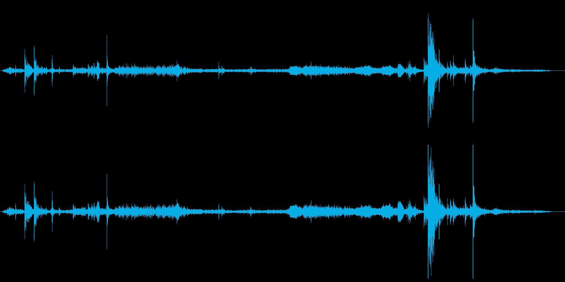 古びた扉を開ける音(さび付いた蝶番)の再生済みの波形